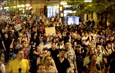 Centenas de manifestantes que protestavam contra a cimeira da NATO nas ruas de Chicago (EUA).  EPA / Tannen MAURY