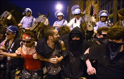 Manifestantes se enfrentam contra a Polícia de Chicago montada em uma rua na cidade americana.  Milhares de protesto contra a cimeira da NATO liderada por Barack Obama.  EPA / SHAWN Thew