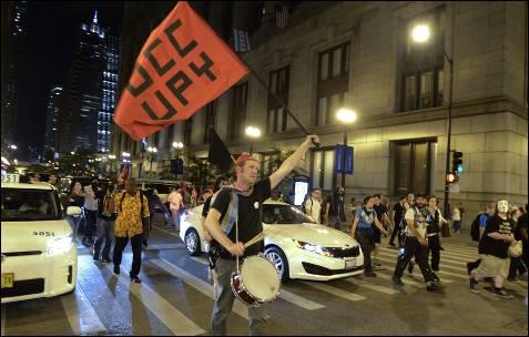 Manifestantes protestam contra a cimeira da NATO nas ruas de Chicago (EUA).  EPA / Tannen MAURY