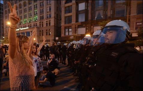 Manifestantes fazem com seus dedos o sinal da vitória enquanto protestavam contra a cimeira da NATO nas ruas de Chicago (EUA).  EPA / Tannen MAURY