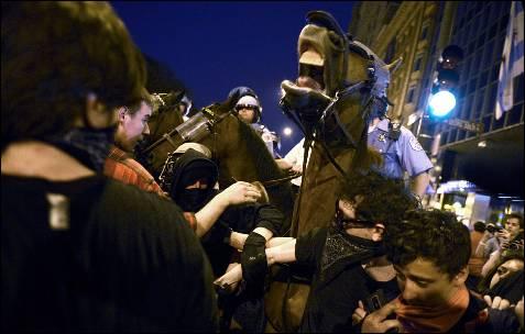 Ativistas contra a face da NATO uma série de polícia montada enquanto participava numa manifestação não autorizada nas ruas de Chicago (Estados Unidos).  Líderes de todo o mundo participar da cúpula de chefes de Estado e de Governo da Organização do Tratado do Atlântico (OTAN), realizada em Chicago em 20 e 21 de Maio.  EPA / Shawn Thew