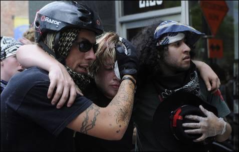 Manifestantes ajudar um companheiro ferido durante um protesto contra a cimeira da NATO em Chicago (EUA).  Manifestantes e policiais encenaram episódios de violência no final de uma marcha pela paz, quando parte da multidão se recusou a se dispersar, apesar dos pedidos de aplicação da lei.  EPA / DAVID BANCOS