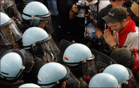 Polícia dispersa manifestantes durante um protesto contra a cimeira da NATO em Chicago (EUA).  Manifestantes e policiais encenaram episódios de violência no final de uma marcha pela paz, quando parte da multidão se recusou a se dispersar, apesar dos pedidos de aplicação da lei.  EPA / JOHN SMIERCIAK