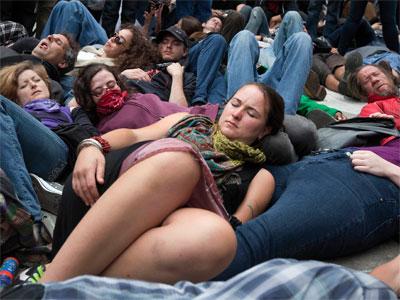 Manifestantes se tumban en el suelo simbolizando víctimas de la OTAN en una protesta en Chicago - EFE