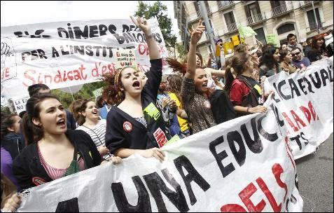 Varios miles de estudiantes, profesores y padres y madres de alumnos han iniciado al mediodía de hoy, 22 de mayo de 2012, una manifestación en la plaza Universitat de Barcelona convocada por todos los sindicatos de la escuela y universidad pública en protesta por las medidas gubernamentales de recortes presupuestarios en la educación. EFE/Alejandro García