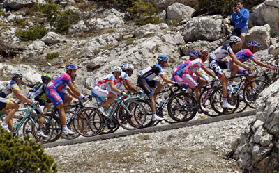 El ciclista español del Katusha, Joaquim 'Purito' Rodríguez (3d), en acción junto al resto del pelotón.