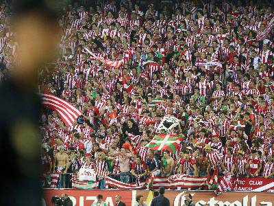 Aficionados del Athletic Club en el estadio Vicente Calderón de Madrid.