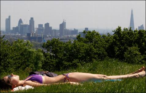 Una joven toma el sol en Hampstead Heath, al norte de Londres.