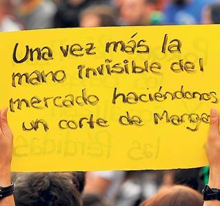 Un joven porta una pancarta durante una concentración del 15-M.