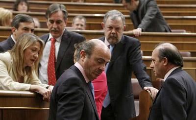 El ministro de Economía, Luis de Guindos, poco antes de su intervención en el pleno del Congreso de hoy jueves.