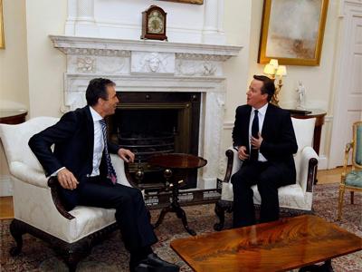 David Cameron conversa con el secretario general de la OTAN, Anders Fogh Rasmussen, el pasado jueves.-EFE/POOL