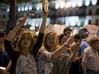 Cacerolada de esta tarde en la puerta del Sol de Madrid, convocada por el 15-M para protestar por el rescate. REUTERS.