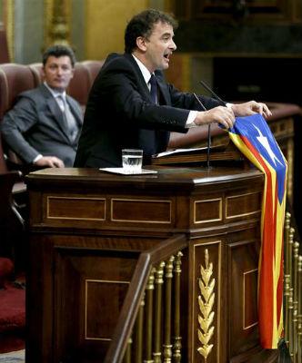 El diputado de ERC Alfred Bosch muestra la bandera 'estelada' durante el pleno del Congreso de los Diputados.