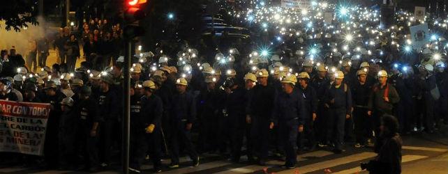 Miles de mineros, familiares, vecinos de las cuencas mineras y ciudadanos se congregaron ayer en León en una marcha nocturna multitudinaria - EFE
