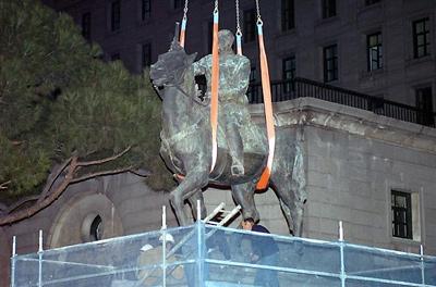 La estatua durante su retirada.- EFE