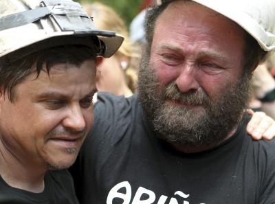 Dos mineros emocionados en la 'marcha negra' a favor del carbón, en Zaragoza.-EFE