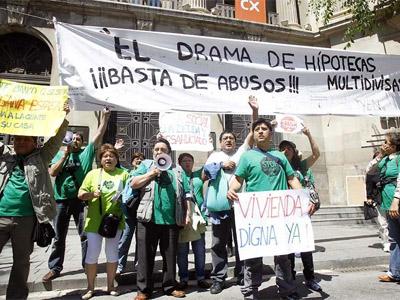 La Plataforma de Afectados por la Hipoteca en una manifestación ante la sede de CatalunyaCaixa. EFE