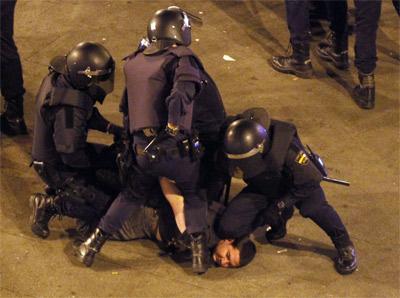 Variios policías detienen a un manifestante en uno de los desalojos de la Puerta del Sol de Madrid durante el aniversario del 15-M. -EFE