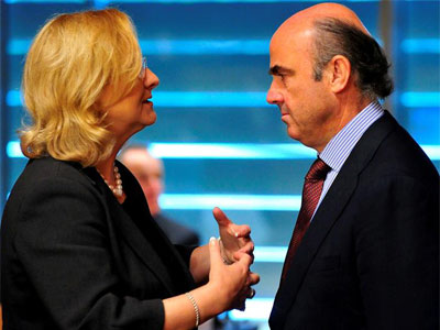 El ministro español de Economía, Luis De Guindos (dcha), conversa con la ministra austríaca de Finanzas, Marís Fekter (izda.  EFE/Nicolas Bouvy