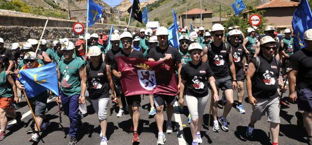 Los mineros asturianos a su llegada a Ciñera (León).