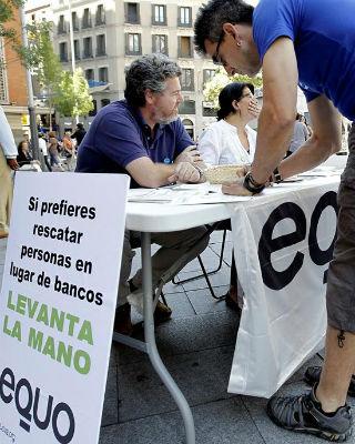 El líder de Equo, Juan López de Uralde, y la también dirigente del partido Inés Sabanés en la madrileña Plaza de Callao, donde ha comenzado la recogida de firmas. -