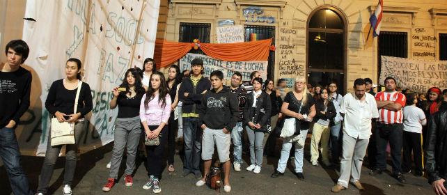 Manifestantes marchan por asunción en repulsa al golpe de Estado.