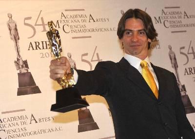 El productor Rodrigo Herranz posa tras recibir un premio Ariel por la película 'Pastorela', en el Palacio de Bellas Artes de Ciudad de México.