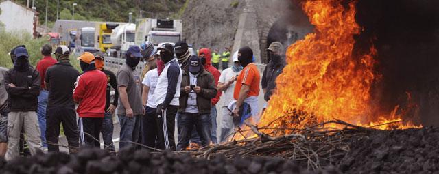 Casi un centenar de mineros cortaron la carretera N-630, en Ciñera de Gordón. EFE