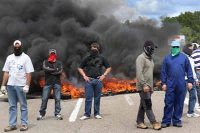 Los cortes de carreteras y vías férreas y los enfrentamientos entre las Fuerzas de Seguridad y los manifestantes volvieron a caracterizar la duodécima jornada de huelga.- EFE