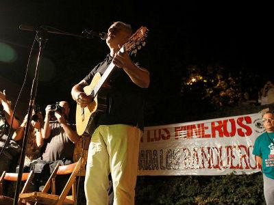 El cantautor Víctor Manuel interpretó su canción 'Abuelo Víctor'. EFE