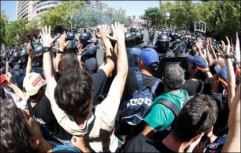 Los manifestantes levantan las manos ante el cordón policial, en muestra de protesta pacífica - EFE