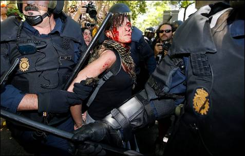 Una herida es retenida por la policía - EFE