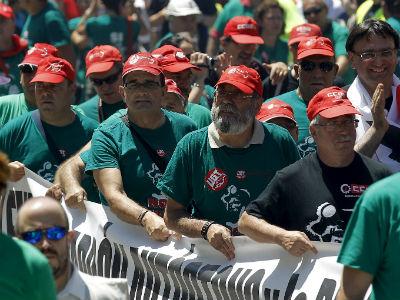 Los secretarios generales de UGT, Cándido Méndez (2 dcha), y CCOO, Ignacio Fernández Toxo (dcha), junto a los participantes en la manifestación que se desarrolló hoy en Madrid en apoyo de la minería del carbón. EFE