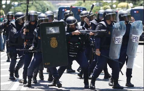 La policía antidisturbios dispara pelotas de goma contra los manifestantes - REUTERS