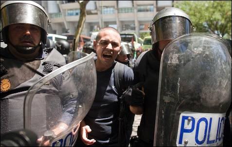 La policía detiene a uno de los manifestantes - REUTERS