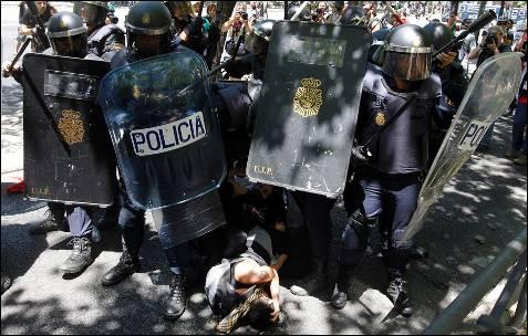 Una unidad de antidisturbios cubre la detención de unos manifestantes - AFP