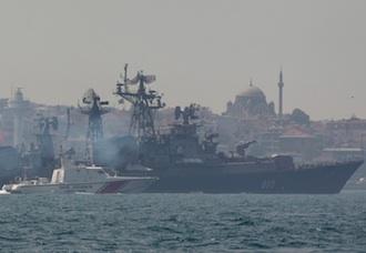 Una patrullera turca escoltó esta mañana a destructor Smetlivy en el Bósforo, durante su viaje hasta el puerto de Tartus. Reuters