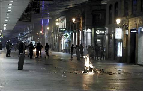 Policías antidisturbios controlan los accesos de la calle Preciados después de la concentración que ha tenido lugar hoy en apoyo a los mineros y contra los recortes anunciados por el Gobierno en la madrileña Puerta del Sol, donde se han registrado cargas policiales. EFE