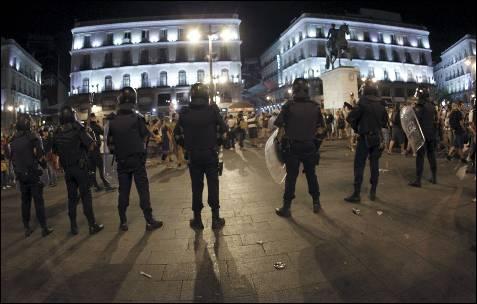 Miembros de la Policía Nacional han tomado la Puerta del Sol, en Madrid, tras la concentración que ha tenido lugar esta noche en apoyo a los mineros. EFE