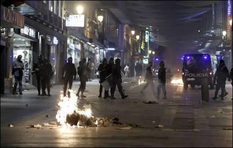 Las calles aledañas a Sol están controladas por los agentes antidisturbios. EFE