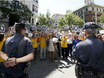 Los funcionarios del Ministerio de Justicia se han manifestado esta mañana frente a la sede nacional del PP, en la calle Génova de Madrid. EFE