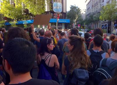 Concentrados, a la puerta de la sede nacional del PP en la calle Génova.-