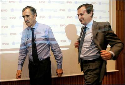 El presidente de Novagalicia Banco, José Maria Castellano (i), y el Consejero delegado, Cesar Bueno, al inicio de la rueda de prensa que ofrecieron esta semana en la sede social en Santiago de Compostela.