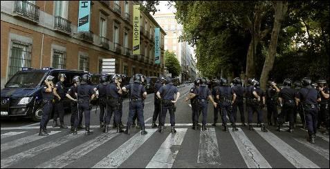 Cordón policial en el Paseo del Prado, en Madrid. Varios centenares de funcionarios se manifiestan este domingo en las inmediaciones del Palacio de las Cortes, blindado por la Policía, en protesta por los últimos recortes del Gobierno.