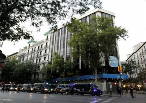 Agentes del Cuerpo Nacional de Polícía en un momento del dispositivo establecido en la calle Génova, a la altura de la sede nacional del Partido Popular en Madrid, que era otro de los puntos calientes.