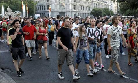 Unas 2.000 personas, entre ellas funcionarios (policías, bomberos o profesores), al ver que no se podía protestar frente al Congreso, marcharon hacia Cibeles para luego dirigirse a la emblemática plaza de la Puerta del Sol.