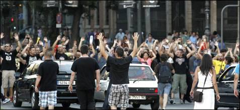 Ha habido cortes de tráfico en el centro de Madrid. Muchos conductores hicieron sonar el claxon de su coche cuando los manifestantes gritaban '¡No nos mires, únete!'