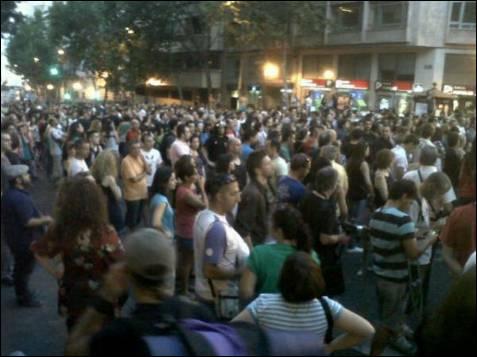 Pese al fuerte dispositivo policial, varios cientos de personas han intentado acercarse a la sede del PP.