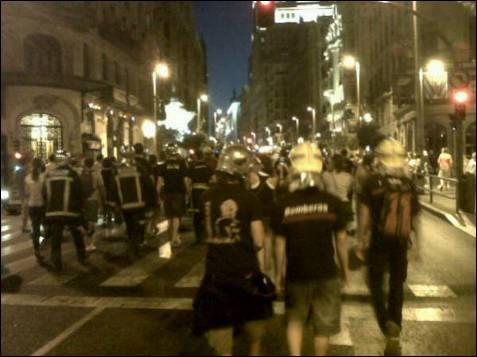 Destacaban los bomberos y los policías en la marcha, que también ha subido por Gran Vía, una de las principales arterias de la capital.
