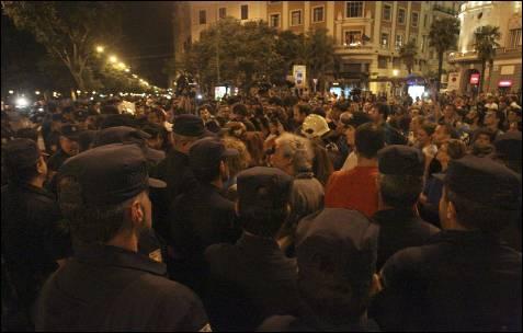Varios cientos de funcionarios, entre ellos policías, bomberos o profesores, vigilados por miembros de la policia nacional, durante la manifestación que ha recorrido esta tarde-noche distintas zonas de la capital madrileña. EFE/Victor Lerena